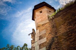 Takzvaná Kamenná panna – alegorická baroková postava umiestnená na bastióne madony, ktorý je najväčším bastiónom Novej pevnosti v Komárne.