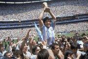 Na archívnej snímke z 29. júna 1986 kapitán Argentíny Diego Maradona drží nad hlavou trofej po výhre 3:2 nad Západným Nemeckom vo finále svetového šampionátu vo futbale v Mexico City.