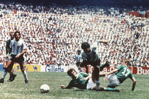 Na archívnej fotografii z 29. júna 1986 Maradona počas finále majstrovstiev sveta.