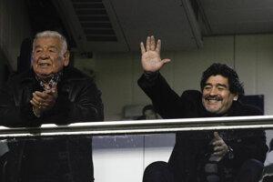 Na archívnej snímke zo 17. júna 2012 bývalý argentínsky futbalista Diego Armando Maradona máva fanúšikom pred začiatkom ligového zápasu Boca Juniors -  Arsenal v Buenos Aires. Vľavo stojí jeho otec.
