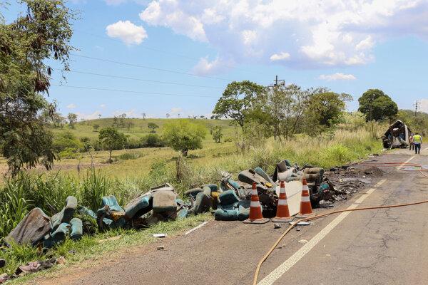Zvyšky trosiek havarovaného autobusu v brazílskej oblasti Taguai.