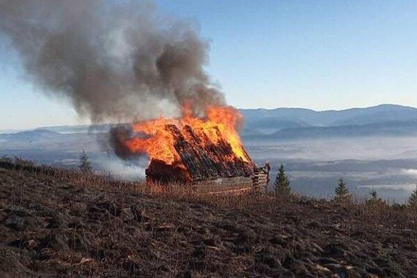 Privolaným hasičom sa chatu už zachrániť nepodarilo