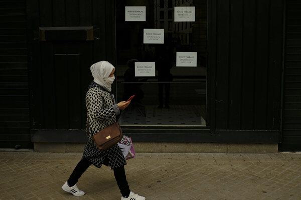 V španielskom meste Pamplona prechádza žena okolo dverí, na ktorých visia oznamy: hľadám si prácu v hotelierstve.
