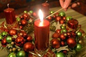 Na adventnom venci už horí prvá sviečka