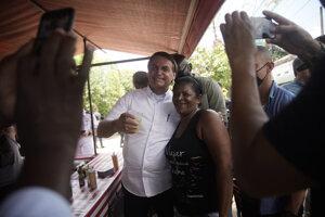 Brazílsky prezident Jair Bolsonaro medzi volični v Riu de Janeiro.