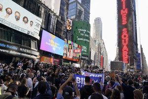 Oslavy na newyorskom námestí Times square po ohlásení výsledku volieb. Tri dni neistoty a štyri roky útrap len vystupňovali pocit úľavy a radosti.