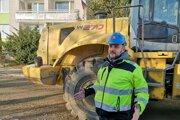 Šéf búracej firmy Peter Matijka počas prác na Mukačevskej ulici.