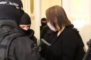 Alena Zsuzsová v rukách polície.