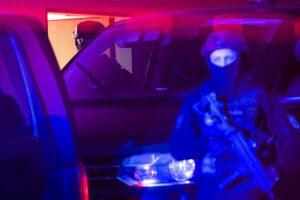 Policajná eskorta priváža Jaroslava Haščáka na Špecializovaný trestný súd.