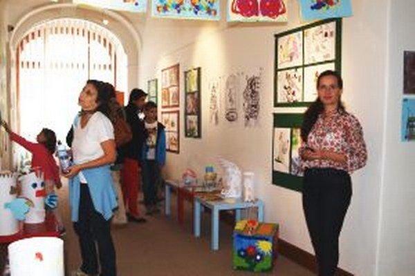 Prázdninové maľovanie viedla výtvarná pedagogička Nitrianskej galérie Elena Tarábková (vpravo).