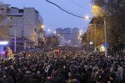 Opoziční demonštranti počas zhromaždenia proti arménskemu premiérovi Nikolovi Pašinjanovi.