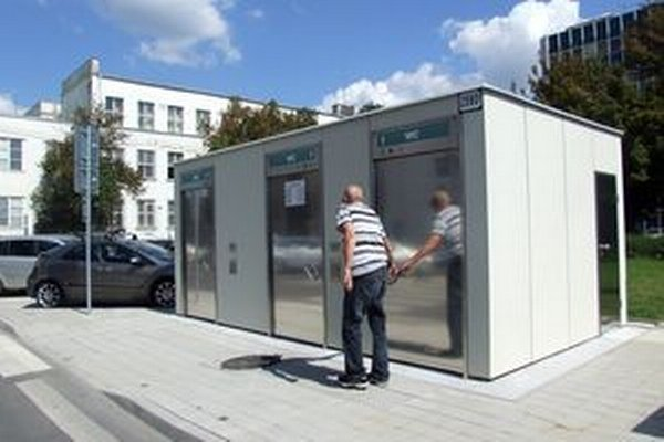Nové automatizované toalety stoja za hlavnou poštou. Mininámestie sa po novom volá Starý rínok.