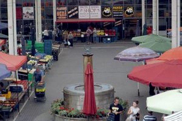 Obchod sa nachádza v budove v zadnej časti tržnice, na prvom poschodí.