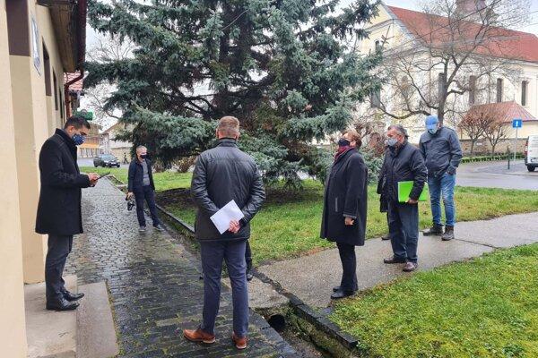 Samospráva Fiľakova odovzdávala budovu bývalej ZUŠkystaviteľovi, ktorý ju upravý pre denný stacionár.