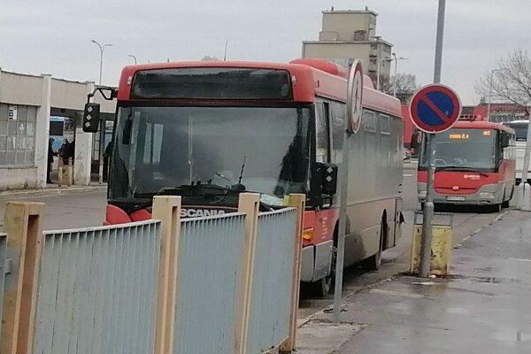 Vzhľad autobusovej stanice nepôsobí dvakrát lákavo.
