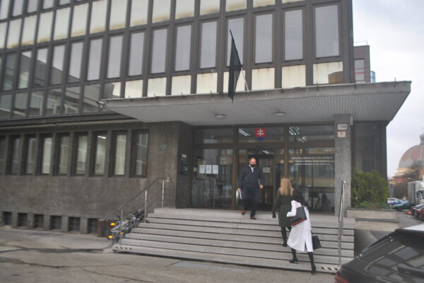 Pri vstupe do budovy košickej prokuratúry platia prísne hygienické opatrenia.
