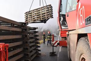 Postupne vyložili na cestu 16 nákladných vozidiel s prvkami mostnej súpravy.