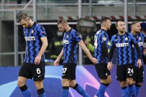 Sklamaní hráči Interu Miláno po zápase so Šachtarom Doneck. Milan Škriniar je druhý zľava.