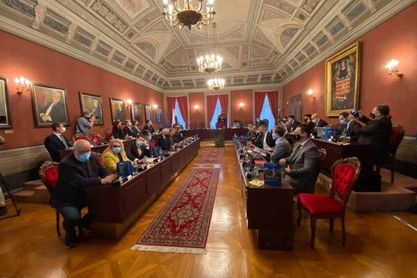 Jadrom sporu bolo umiestnenie do reprezentačných priestorov radnice. To neumožňovalo odstupy.