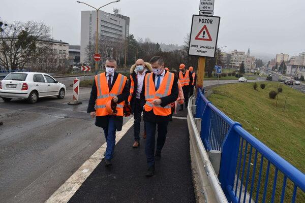 Štátny tajomník ministerstva dopravy Jaroslav Kmeť (vľavo) sa prišiel pozrieť na vynovené chodníky a zábradlie na humenskom nadjazde.