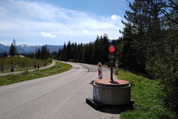Vodiči do Oravíc jazdia po opravenej ceste.
