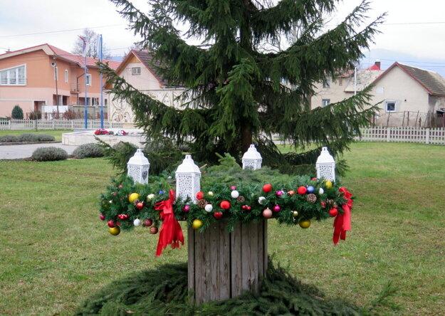 Aj keď sa ľudia vo Valči na tradičných vianočných podujatiach tento rok nestretnú, atmosféru Vianoc v dedine cítiť.