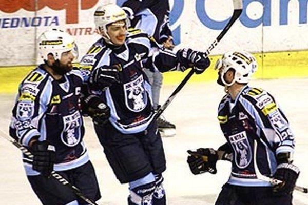 Richard Mráz (v strede) sa vrátil do tímu Nitry. Tomáš Chrenko (vpravo) sa s klubom lúči. Vľavo Tomáš Nádašdi.