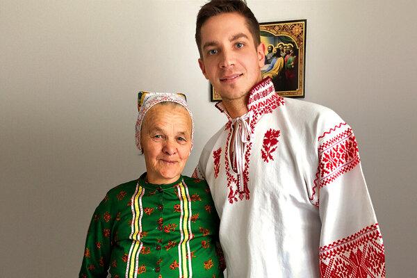 Fotografia z Tomášových ciest po Slovensku. Pani Mária z Liptovskej Tepličky dodnes chodí oblečená v tradičnom odeve a je veľmi aktívna. Píše a spieva vlastné piesne, šije, vyšíva a tká na krosnách.