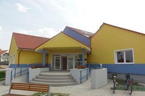 V tejto budove v Trsticiach by mala sídliť Vysoká škola Danubius.