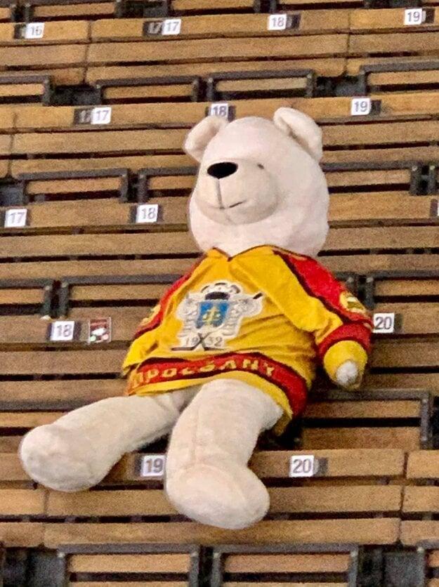 V hľadisku sledoval zápas aj medveď v drese HC Topoľčany.