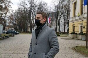 Poslanec P. Bednár kritizuje nákup nového auta pre samosprávu.