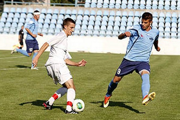 Juniori FC Nitra proti Vlčanom v sobotu dvakrát viedli, no zrodila sa remíza 2:2. S loptou Mário Šuník, vpravo Filip Petráni.