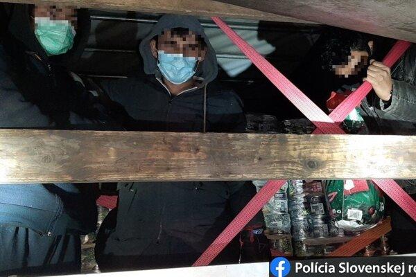 Traja muži sa skrývali medzi konzervami.