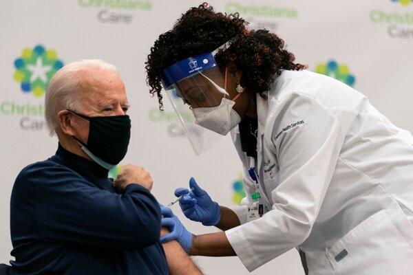 Joea Bidena zaočkovali prvou dávkou vakcíny proti novému koronavírusu.