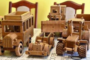 Časť drevených modelov vlastnej výroby zo zbierky Stanislava Pavlíka.