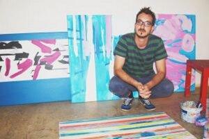 Talian Gulio Zanet so svojimi dielami.