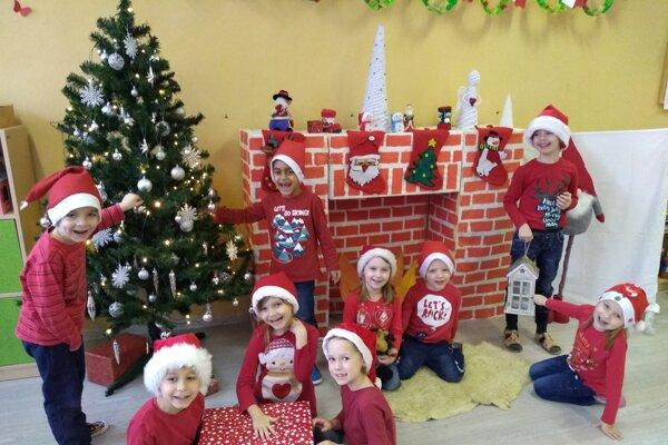 Seniorov v zariadeniach sociálnych služieb v Lučenci chceli potešiť s nadchádzajúcimi Vianocami aj tí najmenší.