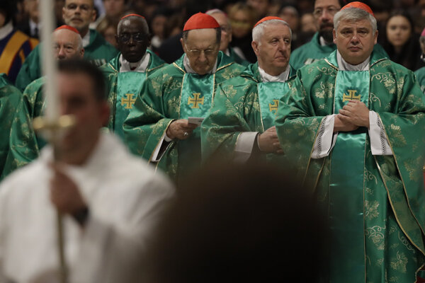 Kardinál Krajewski (vpravo).