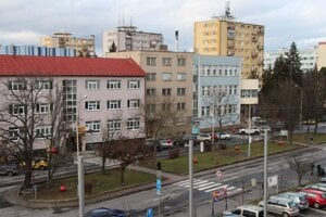 """Nadrozmerné """"novoročné gule"""" oživili sviatočnú výzdobu v Lučenci."""