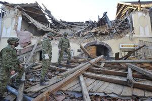 Vojaci prehľadávajú poškodenú budovu po zemetrasení 29. decembra 2020 v chorvátskom meste Petrinja.