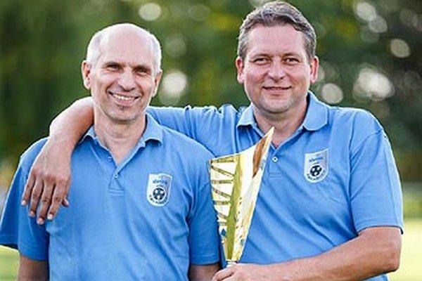 Martin Hamada (vpravo) a Vladimír Leckéši patria medzi piliere futbalu v Čeľadiciach.