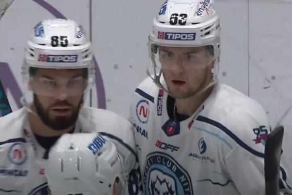 Adrián Holešinský (vpravo) v objatí spoluhráčov po presilovkovom góle do siete Slovana.