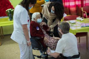 Podávanie vakcíny proti ochoreniu Covid-19 v domove dôchodcov v belgickom meste Mons.