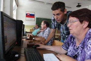 Priblížiť počítače dôchodcom pomáhali aj tínedžeri, študenti školy. Na fotke rieši problém Lukáš Korenči, sedemnásťročný študent.
