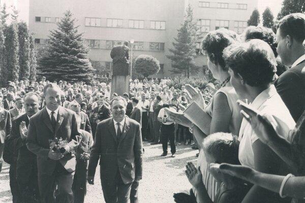 Privítanie vládnej delegácie v Martine pred budovou MS dňa 03. 8. 1963 pri príležitosti osláv stého výročia založenia MS. Na obrázku Juraj Paška, správca MS, s Alexandrom Dubčekom, vedúcim tajomníkom ÚV KSS v Bratislave, odchádzajú po privítaní do budovy MS. Za nimi zľava: František Penc, tajomník ÚV KSČ v Prahe a iní.