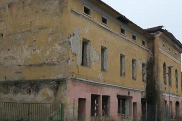 Z budovy padajú aj celé kusy muriva.