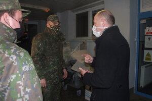 Vojaci s riaditeľom nemocnice.