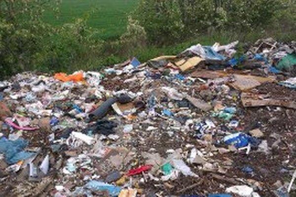Takéto skládky majú z okolia Zlatých Moraviec vymiznúť. Pomôcť tomu môže ktokoľvek, kto združeniu ZMena nelegálne nahádzané odpadky nahlási.