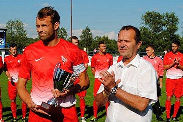 K víťazstvu v III. lige blahoželal Seredčanom predseda ZsFZ Ladislav Gádoši. S pohárom Kamil Vaško.