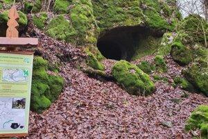 Na snímke vchod do Malej drienčanskej jaskyne v Drienčanskom krase pri obci Drienčany v okrese Rimavská Sobota,